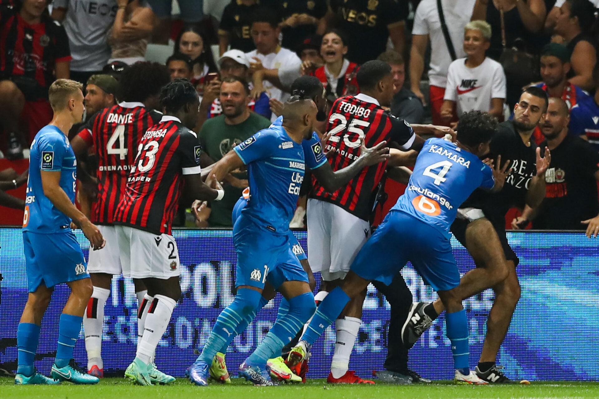 Tony Calzoni (à droite) avait tenté de donner un coup de pied à Dimitri Payet (au centre). Icon Sport