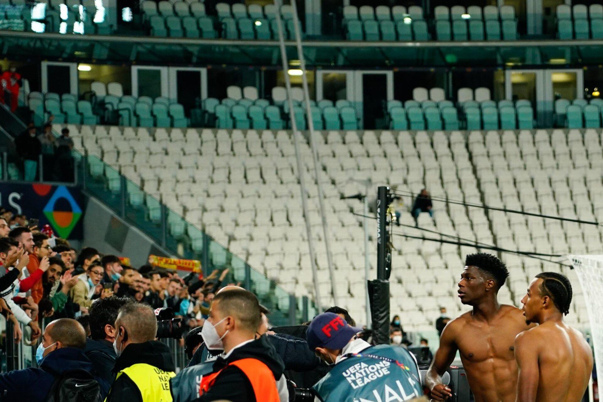 Jules Koundé (à droite) contemple avec circonspection les tribunes après avoir donné son maillot à la fin du match France-Belgique. Icon Sport