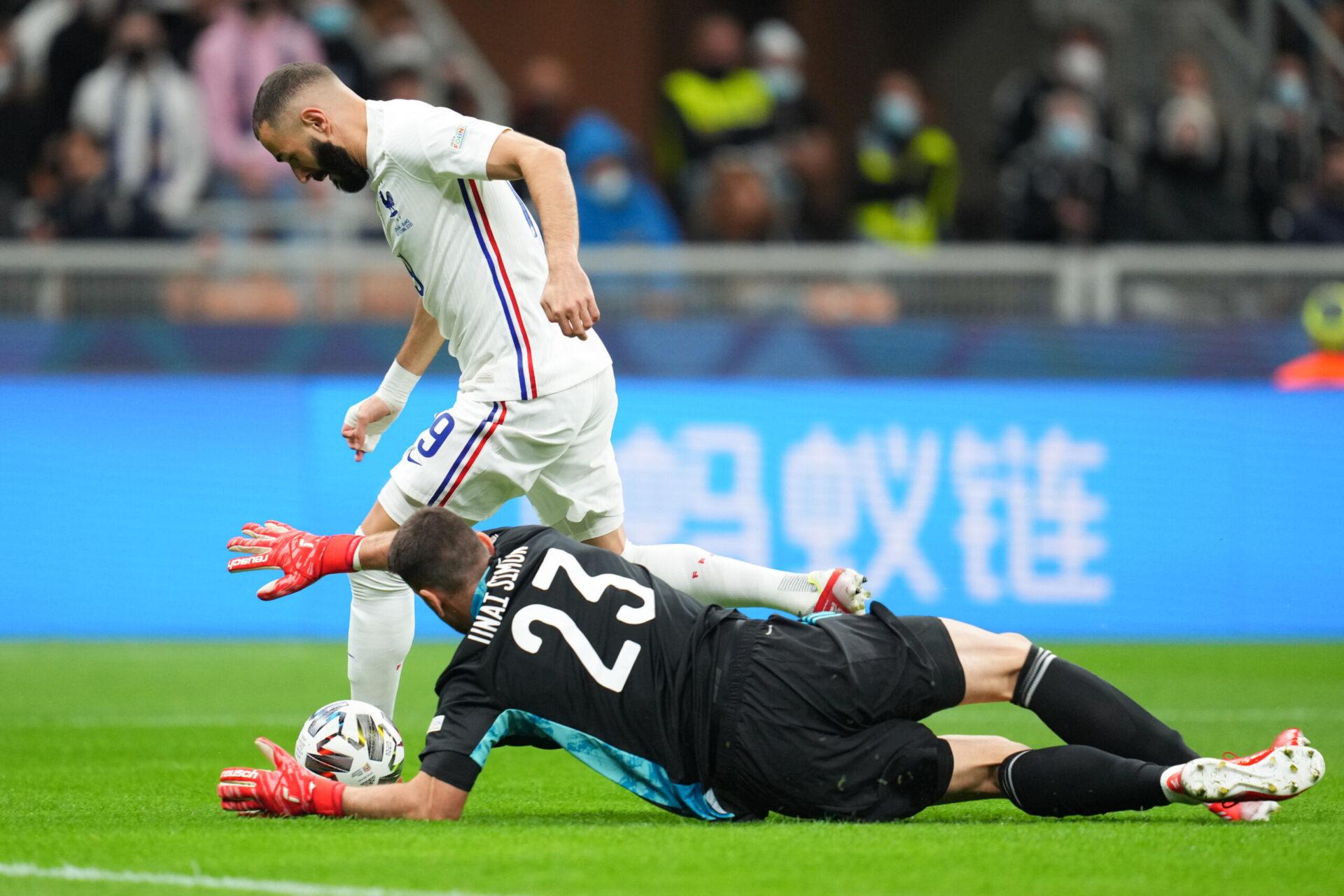 Karim Benzema, face à Unai Simón en finale de Ligue des nations, sur la pelouse de San Siro. Icon Sport
