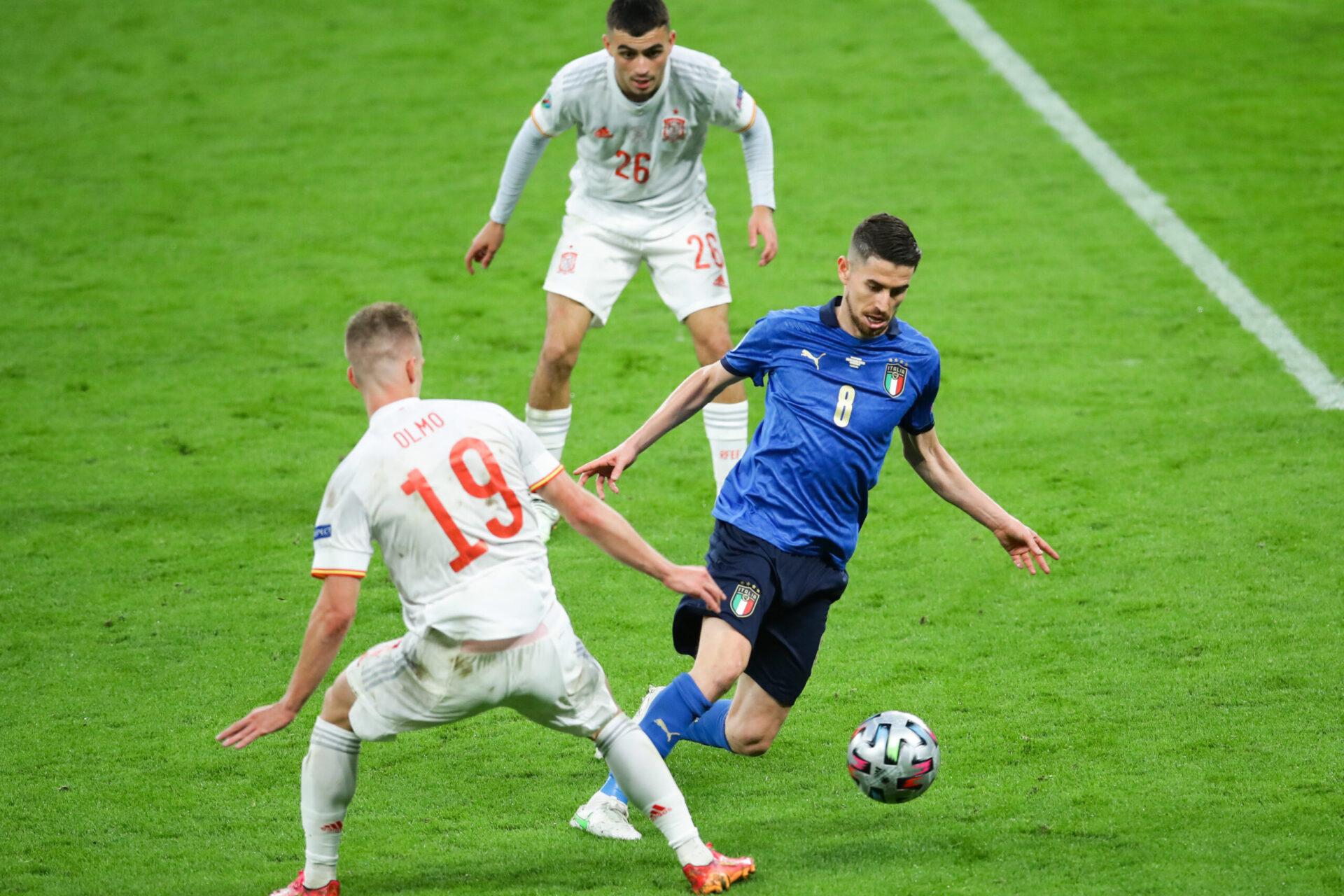 Jorginho face à Dani Olmo pendant la demi-finale de l'Euro 2020 face à l'Espagne (iconsport)
