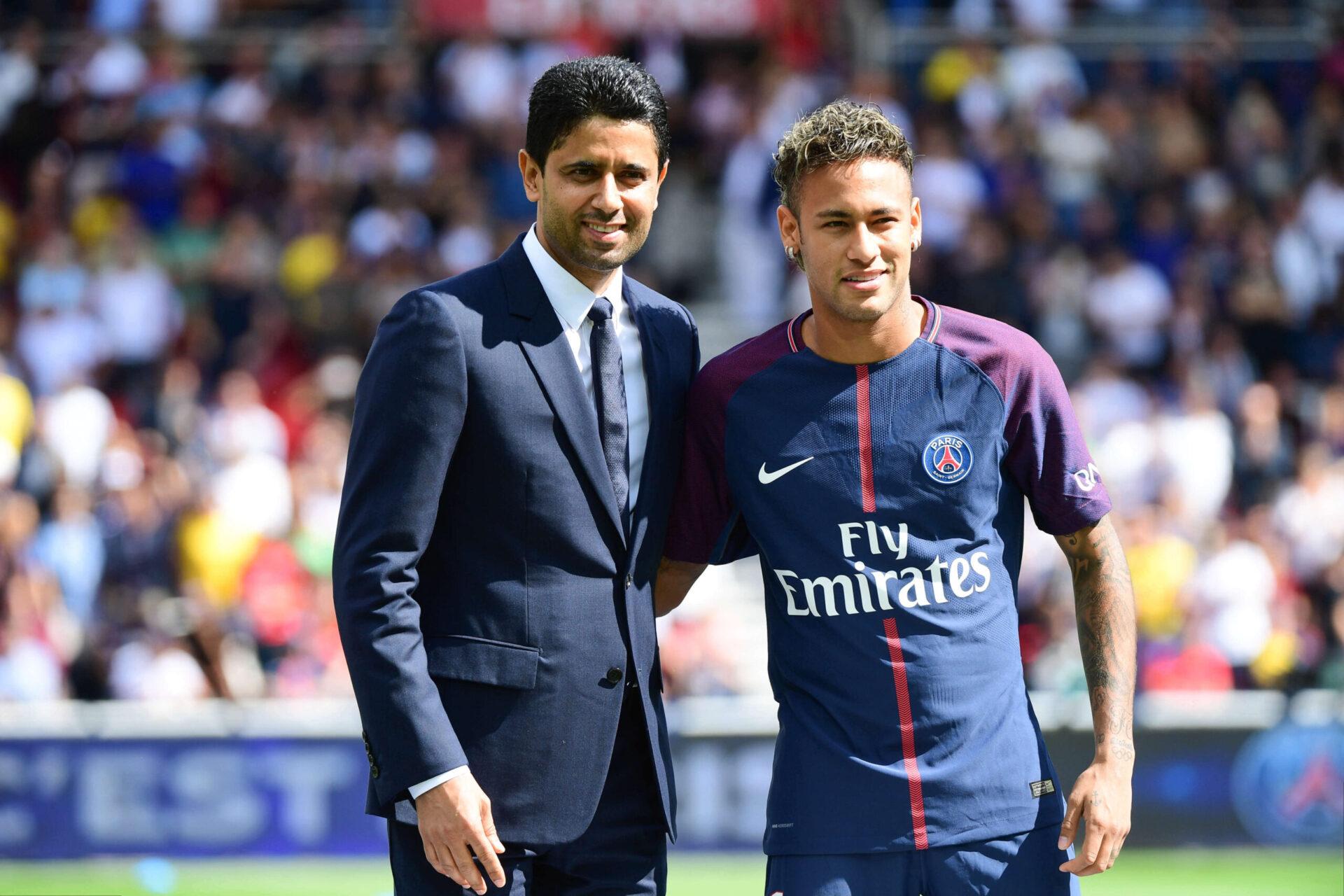 Neymar, aux côtés de Nasser Al-Khelaïfi lors de sa présentation au Parc des Princes, le 05 août 2017. Icon Sport