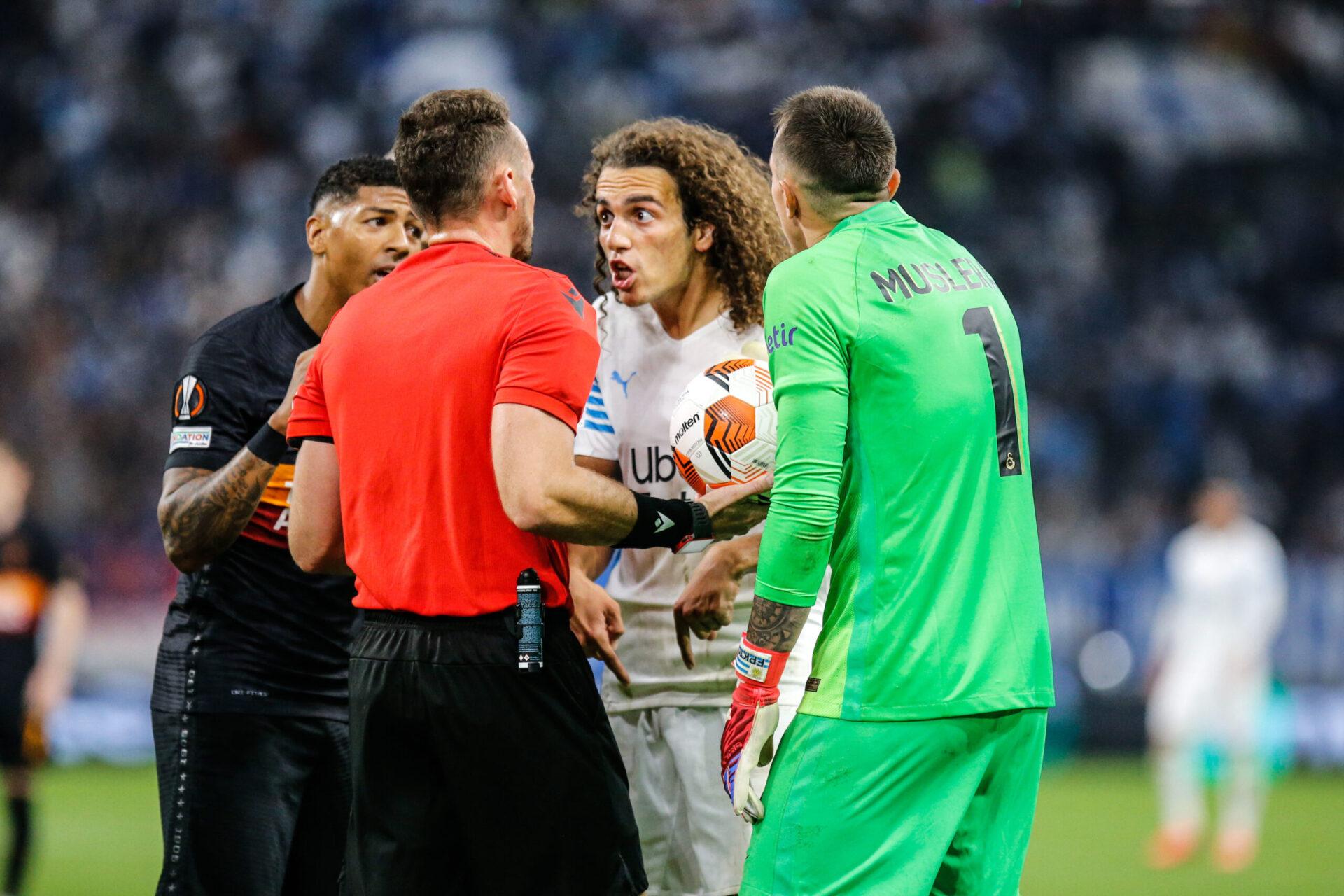 Mattéo Guendouzi, mécontent de la décision de Pawel Raczkowski, arbitre de la rencontre entre l'Olympique de Marseille et Galatasaray. Icon Sport