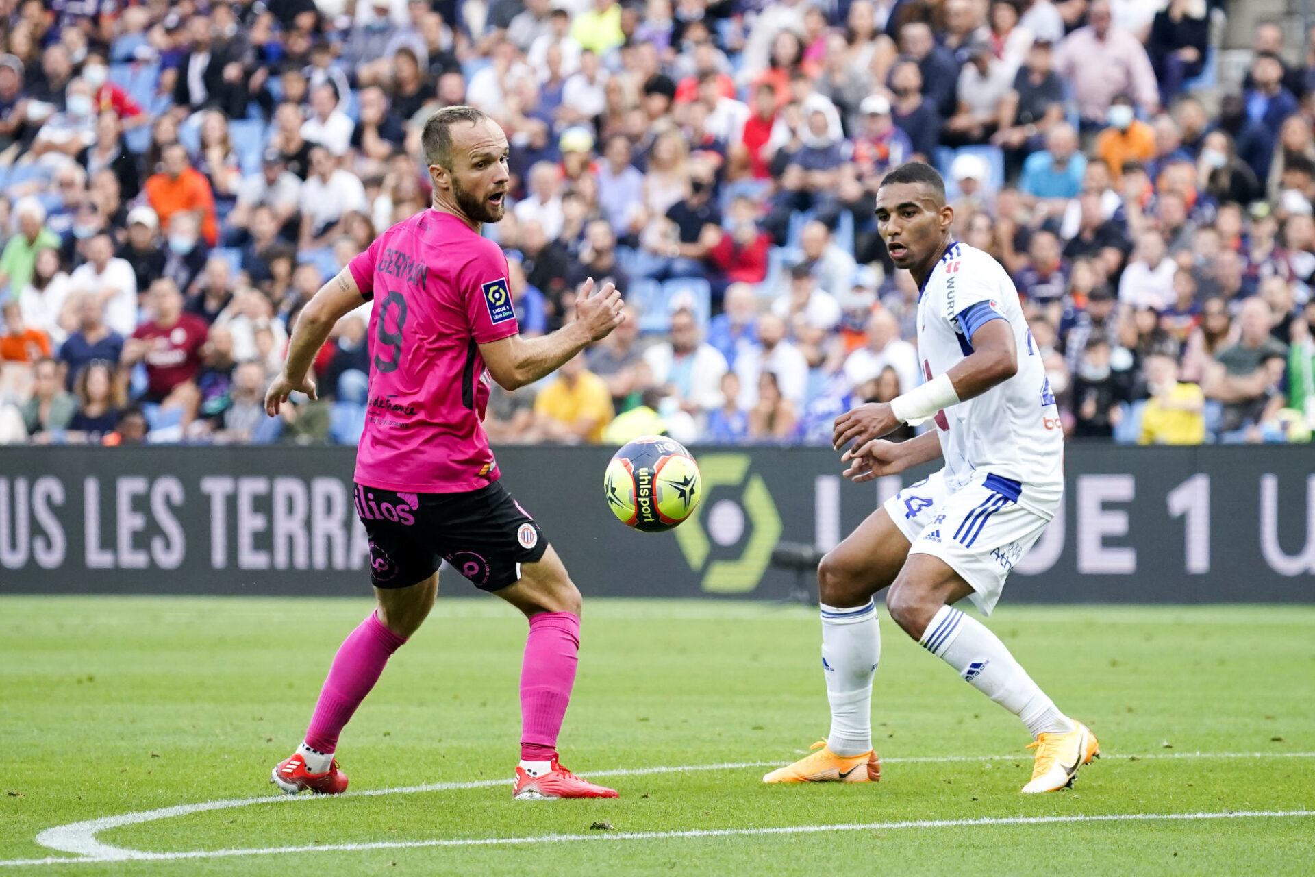 Le défenseur de Strasbourg Alexander Djiku (à droite) a souvent fait vivre un enfer aux attaquants de Montpellier, ici Valère Germain. Icon Sport