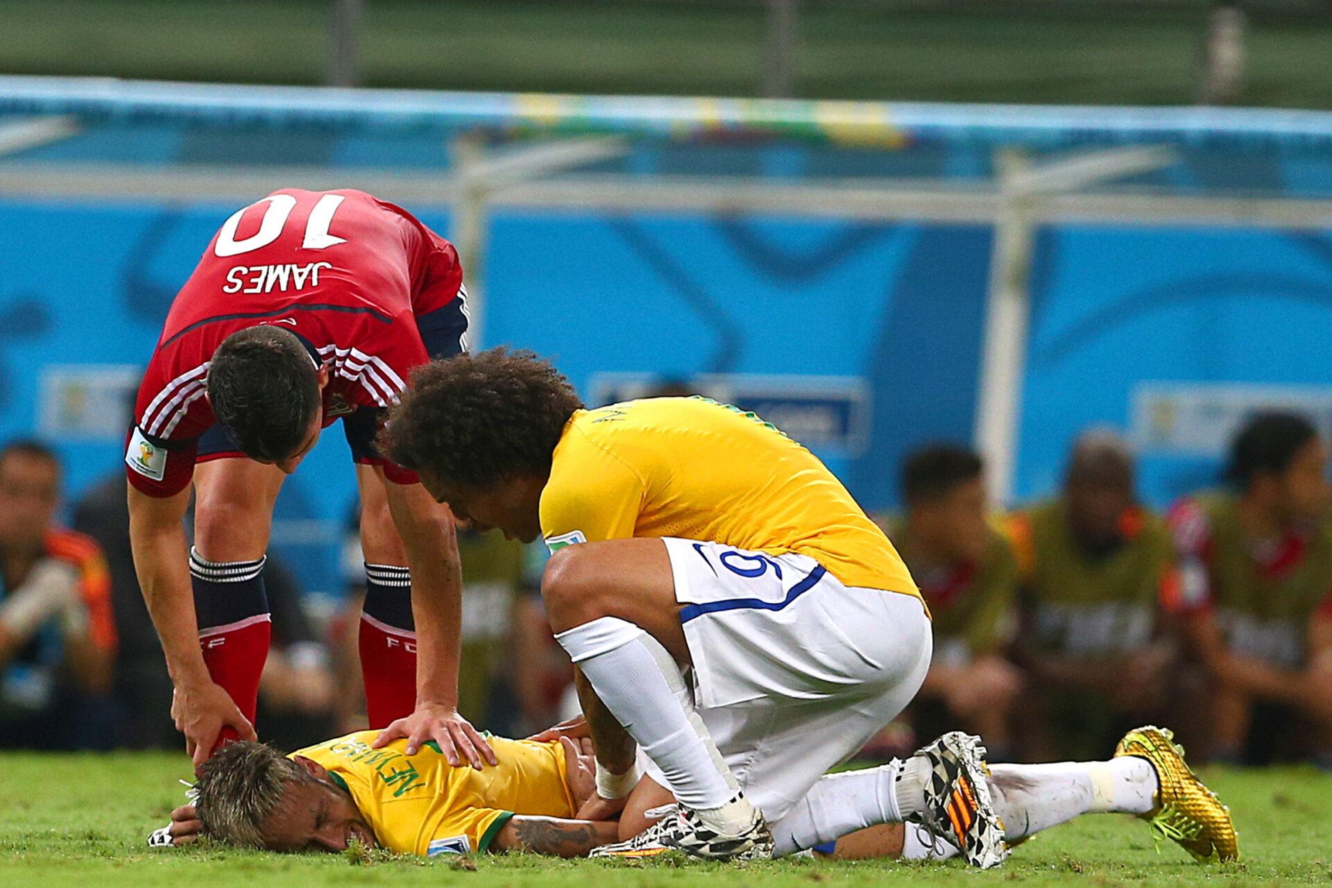 La blessure au dos de Neymar lors de la Coupe du monde 2014 aurait pu mettre un terme à sa carrière. Icon Sport